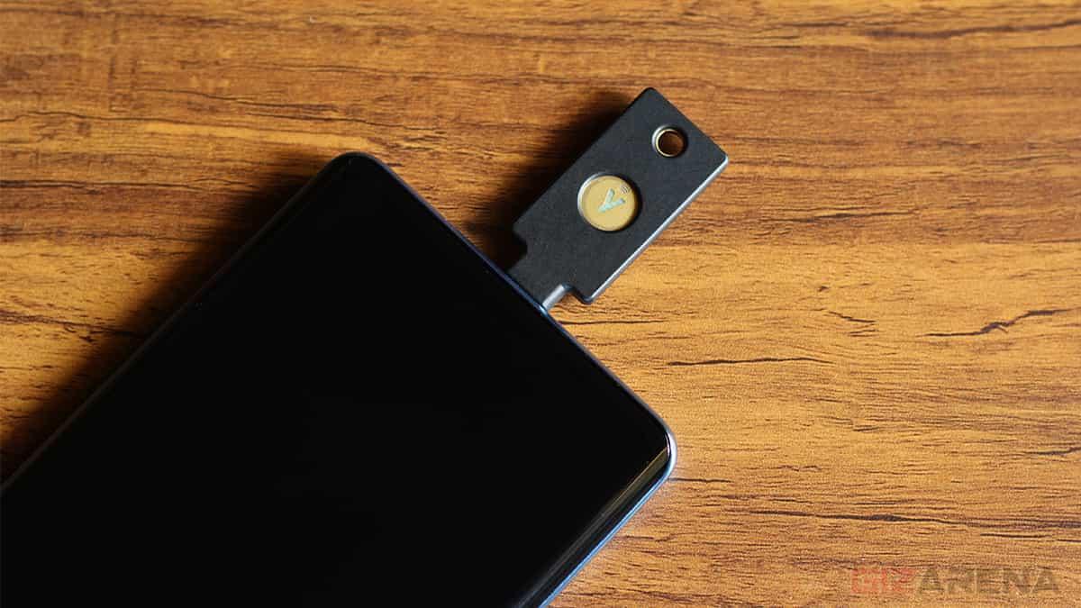 YubiKey 5C NFC được kết nối với điện thoại