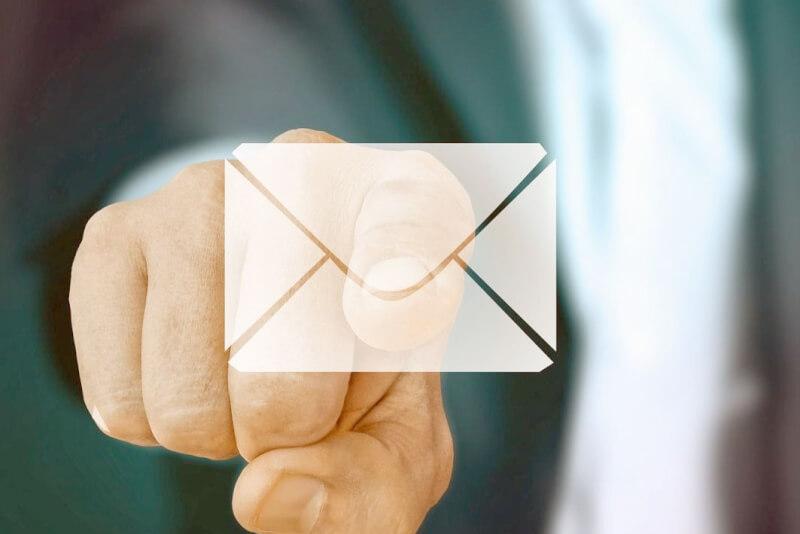 người đàn ông nhấn một biểu tượng email
