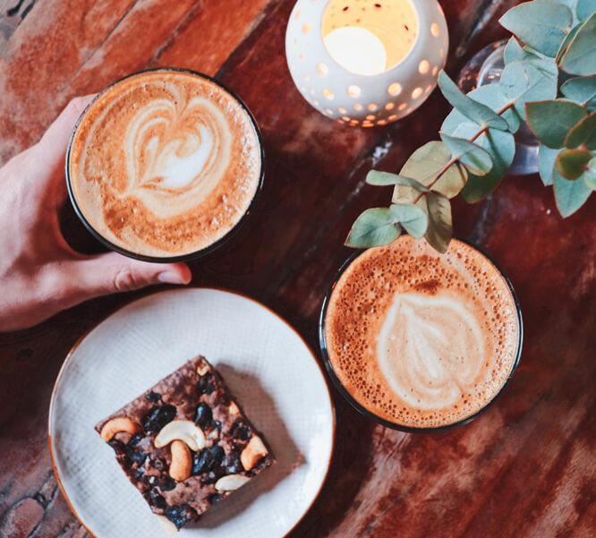 ảnh của các Texture khác nhau trên bàn trong một quán cà phê Thụy Điển