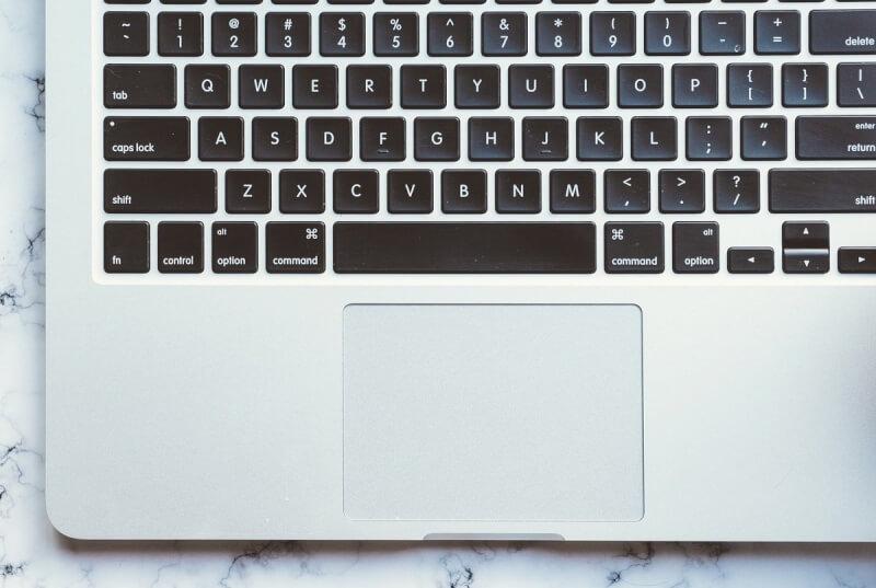 Nhấp và kéo trên bàn di chuột của Mac