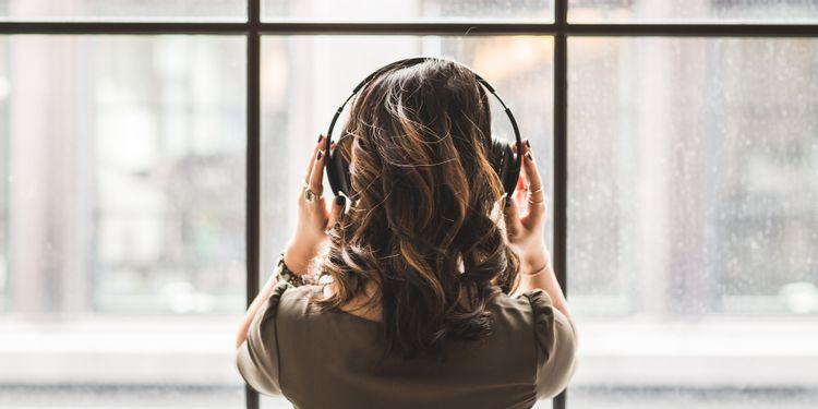 Người phụ nữ nghe nhạc