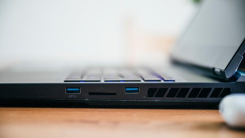Cận cảnh các cổng kết nối bên hông máy tính xách tay.