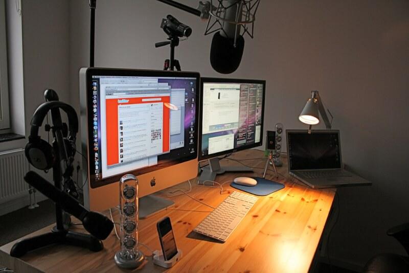 Hình ảnh thiết lập bàn phát trực tuyến bao gồm nhiều màn hình, micrô và camera