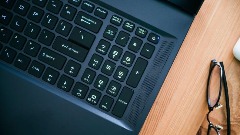Cận cảnh chiếc mũ lưỡi trai trên máy tính xách tay.