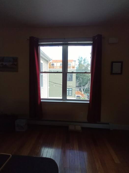 hình ảnh nội thất của căn hộ và cửa sổ ở Massachusetts được chụp trên Blu G91 Pro