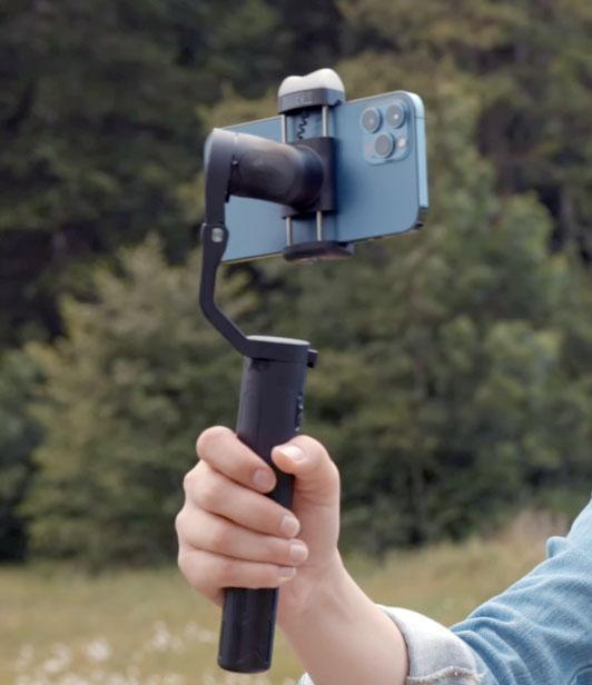 Hohem iSteady v2 gimbal có gắn điện thoại