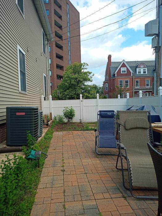 Mẫu máy ảnh Doogee S96 Pro hiển thị một sân với ghế tắm nắng và hàng rào màu trắng.